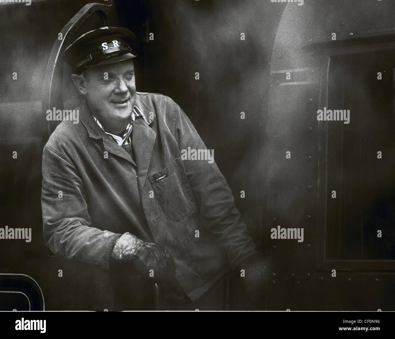 Laden Sie dieses Alamy Stockfoto Dampf-Lokführer auf der Swanage Railway, Dorset, Südwest-England, UK in Monochrom - CF0N96