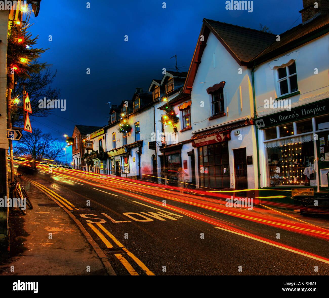 Laden Sie dieses Alamy Stockfoto Dämmerung im Kreuz A6144, Lymm, Warrington, Cheshire, England, Vereinigtes Königreich - CF0NM1