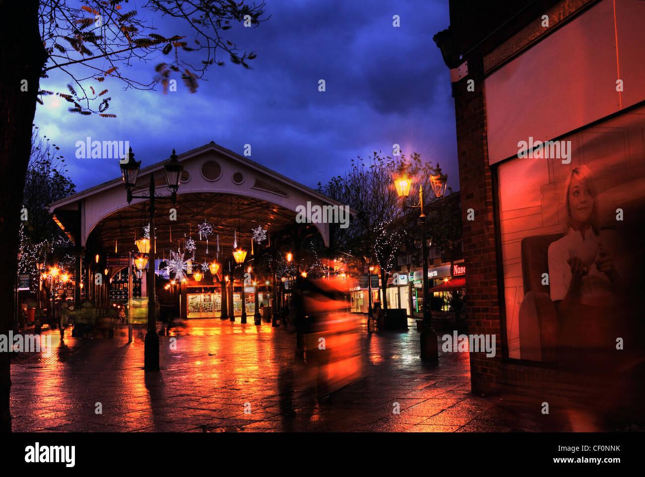 Laden Sie dieses Alamy Stockfoto Abenddämmerung am alten Fischmarkt, Golden Square Marktplatz, Warrington, Cheshire, UK - CF0NNK