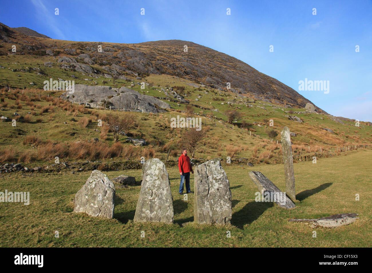 Ein Mann steht In einem Steinkreis; Lauragh County Kerry Irland Stockbild