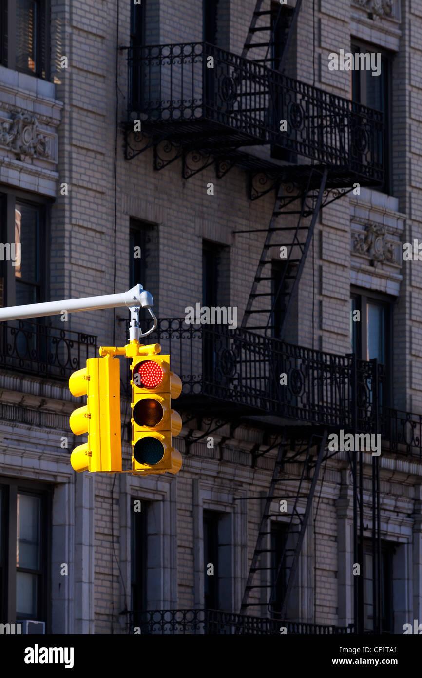 Ampel und typischen Gebäude im Stadtteil Harlem, New York, Vereinigte Staaten von Amerika Stockbild