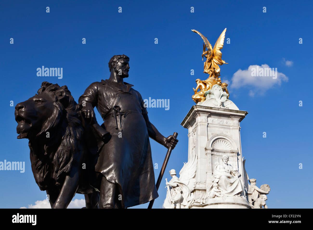 Fertigen Sie Skulptur von Sir Thomas Brock an der Basis der Queen Victoria Memorial vor Buckingham Palast. Stockbild