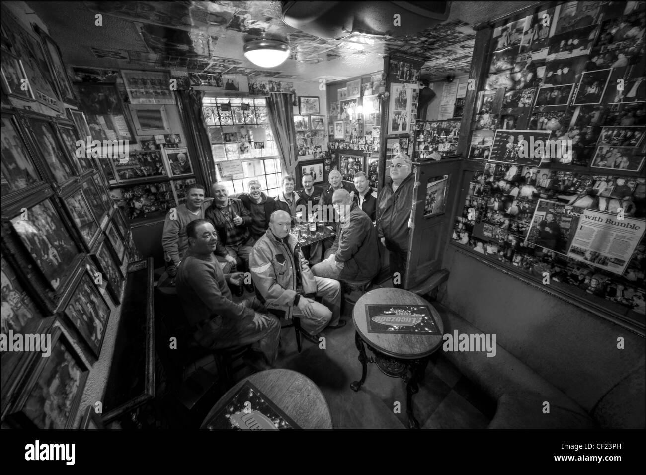 Laden Sie dieses Alamy Stockfoto Zirkus Tavern, Manchester, Vereinigtes Königreich. Die kleinste Kneipe in der Stadt. - CF23PH