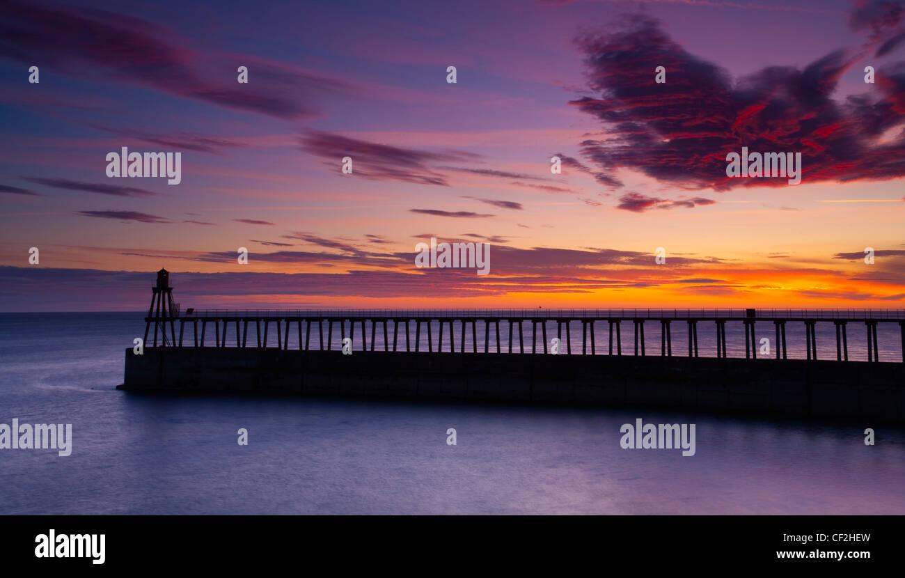 Eines der Eingang Pfeiler des Whitby Hafen bei Sonnenaufgang. Stockbild