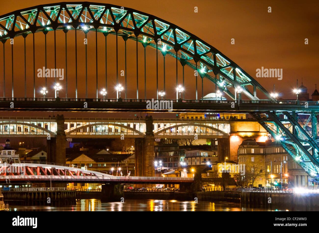Blick auf den berühmten Tyne Brücken überspannt den Fluss Tyne, Newcastle Upon Tyne auf der Nordseite Stockbild