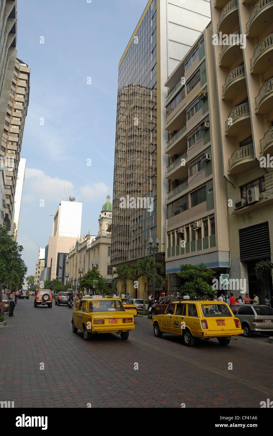 Guayaquil, Ecuador - Verkehr und gelben taxis Stockbild