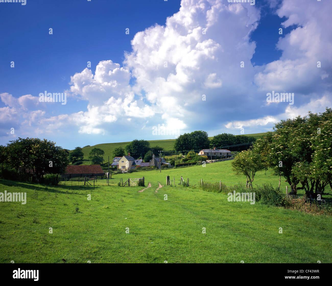 Das kleine Dorf von wenig Bredy an ein Mittsommer-Tag. Stockbild