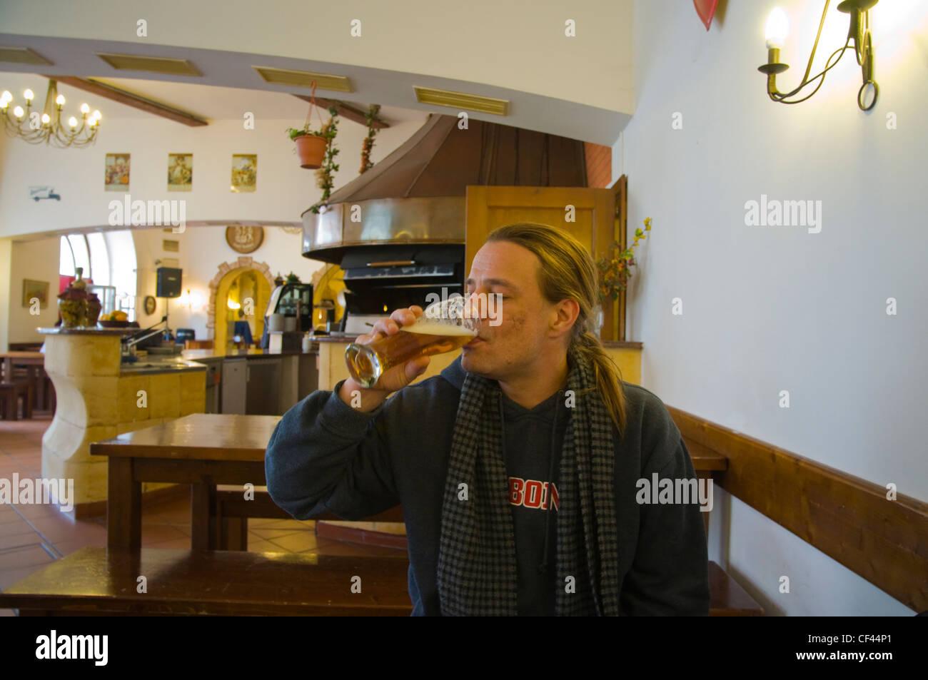 Mann in seinen späten 30er Jahren trinken Velka Klasterni Restaurance Restaurant am Kloster Strahov Gelände Stockbild