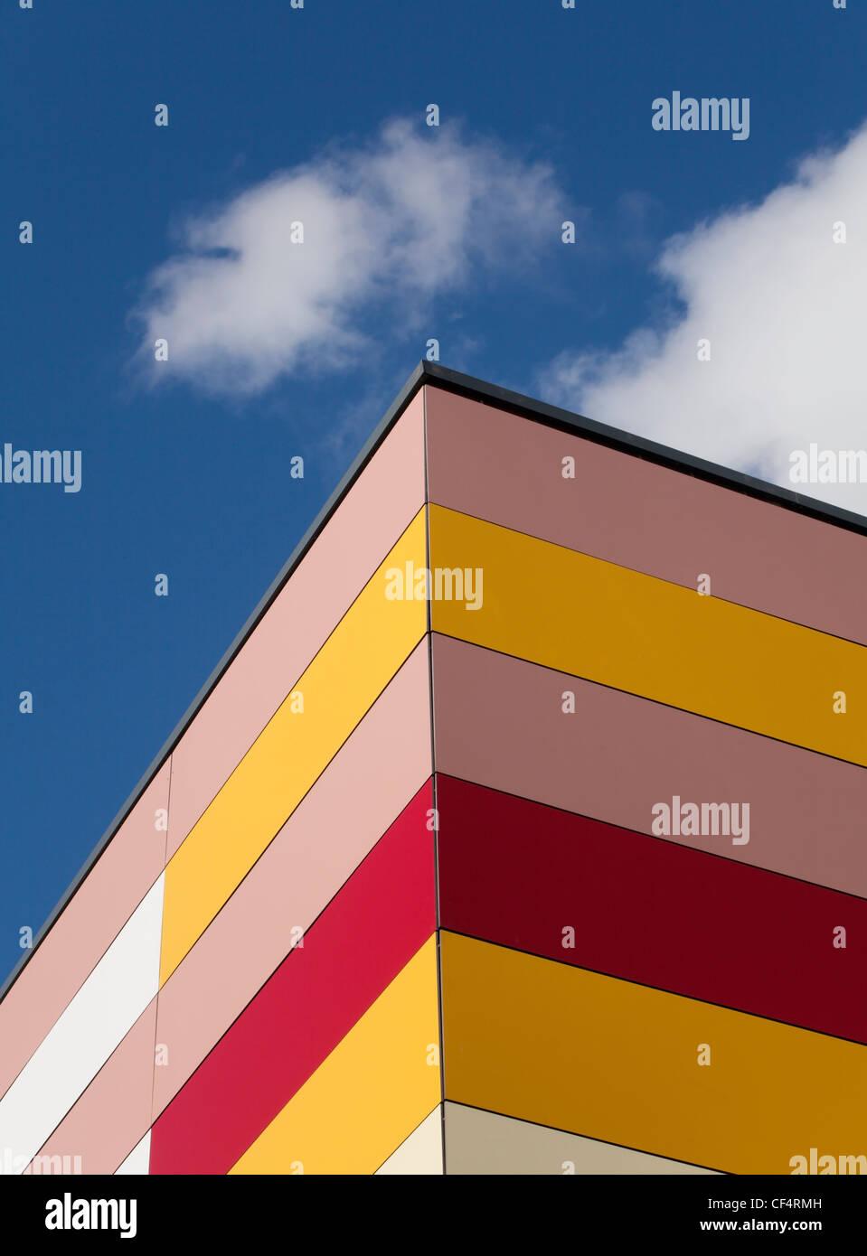 Bunte Fassade eines Gebäudes in der Durham Johnston Schule. Stockbild