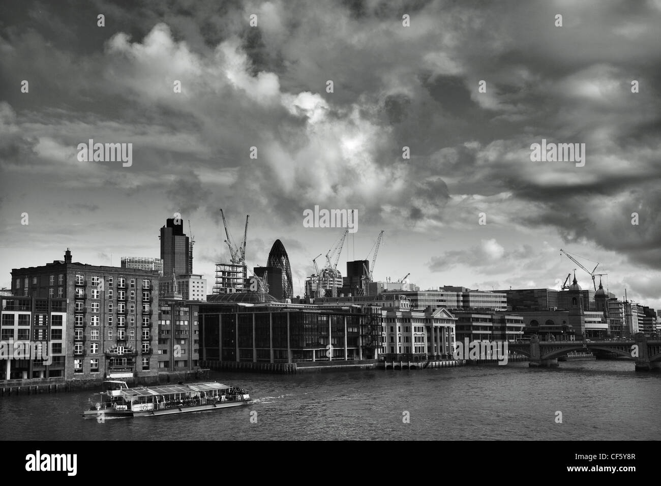 """Blick über den Fluss Themse in Richtung Londoner Wahrzeichen, """"Gherkin und Tower 42 (ehemals NatWest Tower), Stockbild"""