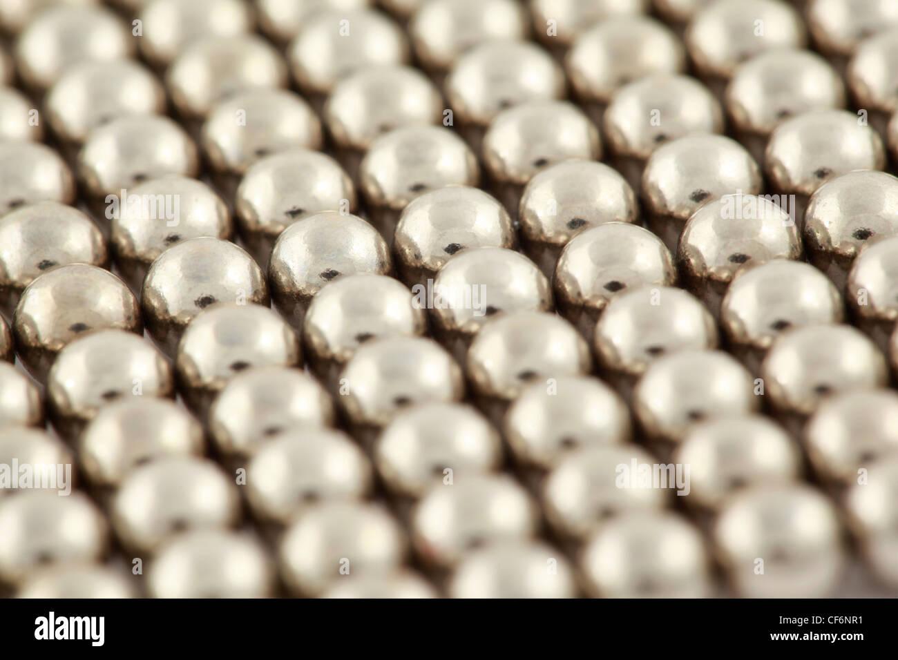 Silberne Perlen sind miteinander verflochten. Stockbild
