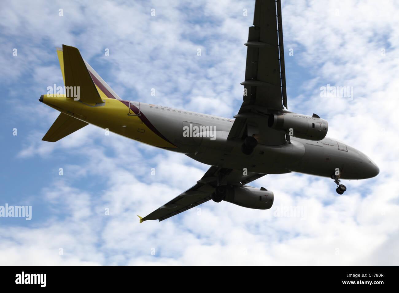 Flugzeug in einem bewölkten Himmel, Flugzeug bin Bewölkten Himmel Stockbild