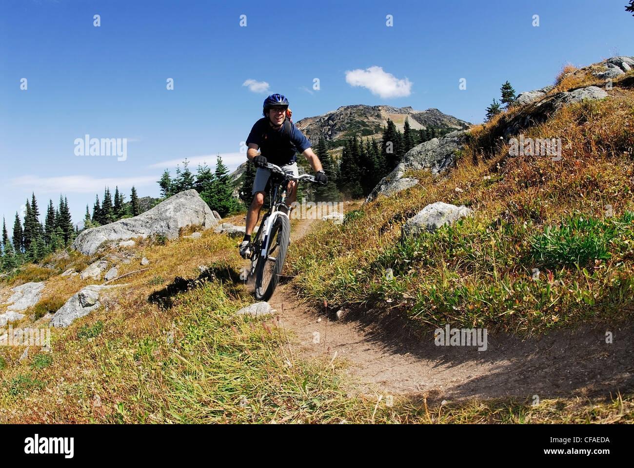 Mountainbiker beginnt der Abstieg zum Khyber-Pass. Whistler, Britisch-Kolumbien, Kanada. Stockbild