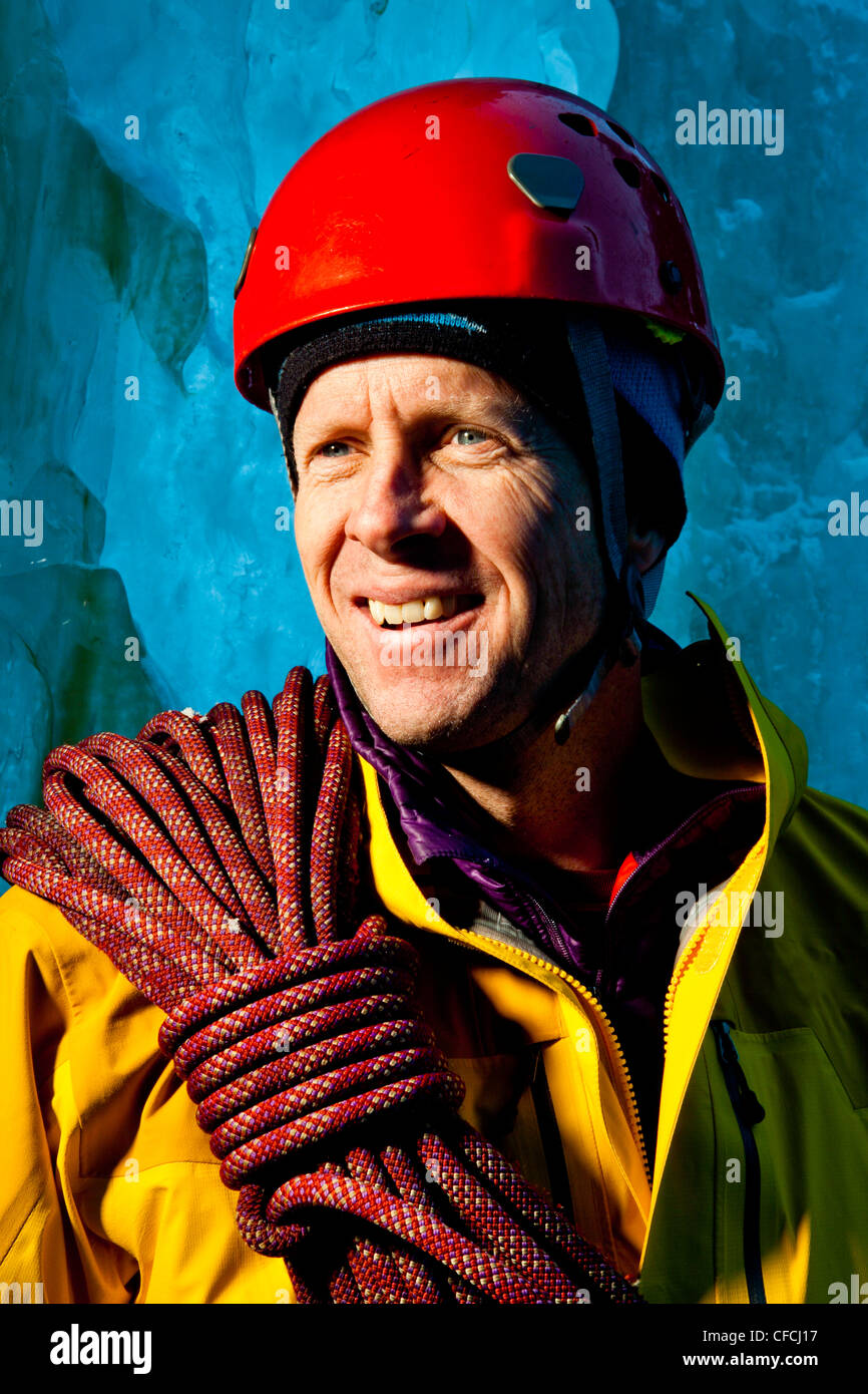Eis-Kletterer und Bergsteiger posiert für ein Porträt bei versteckten Wasserfällen. Stockbild