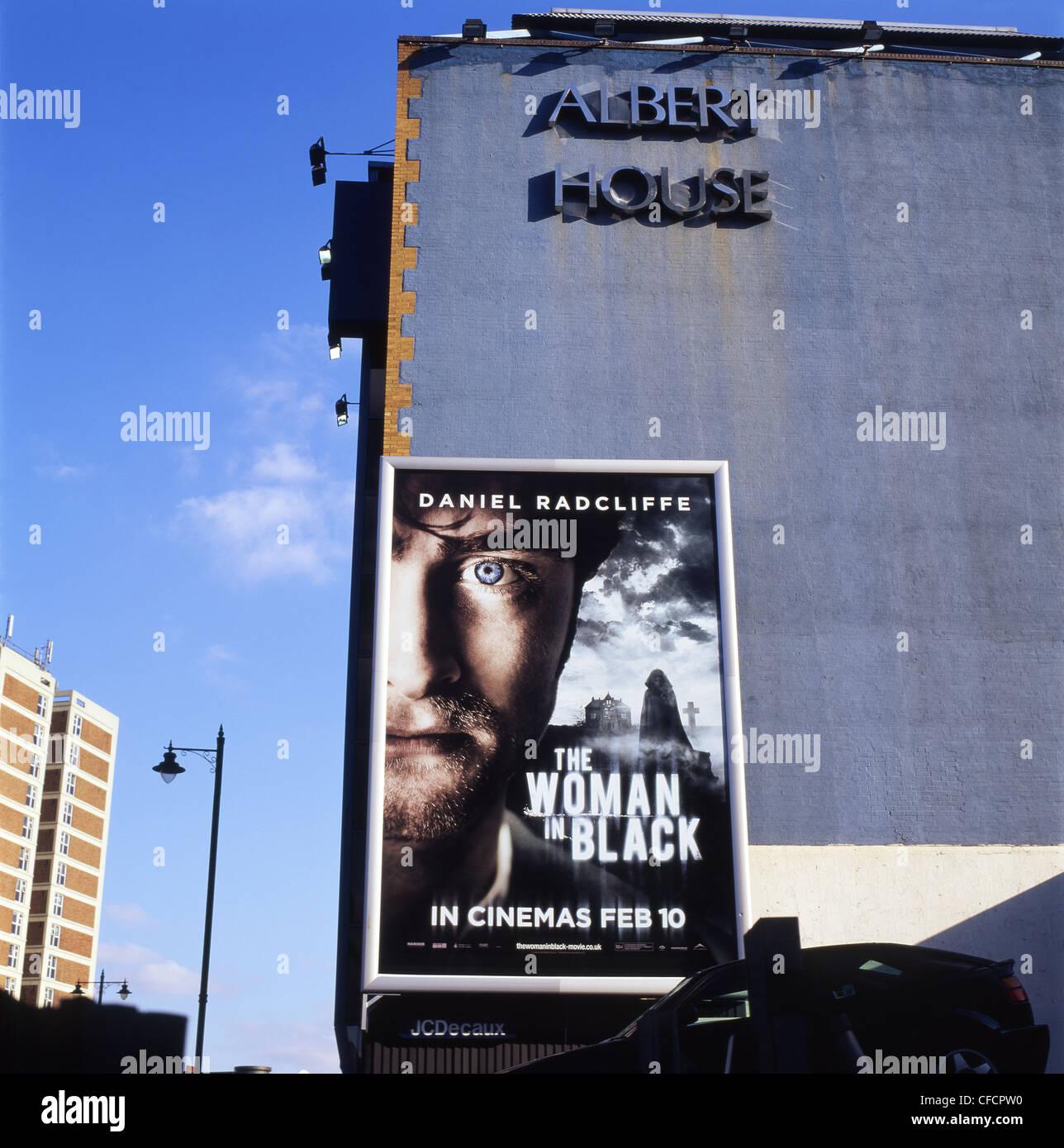 Eine Werbung auf Reklametafeln/Plakaten der 2012 britischen Horrorfilm die Frau in Schwarz Hauptdarsteller Daniel Stockbild