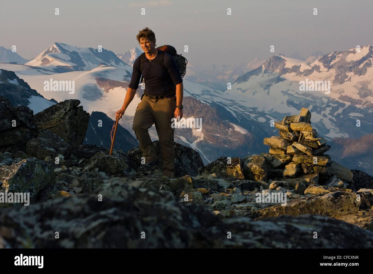 Eine männliche Bergsteiger auf den Ansatz Klettern Mt. Sir Donald, Glacier National Park, Britisch-Kolumbien, Stockbild