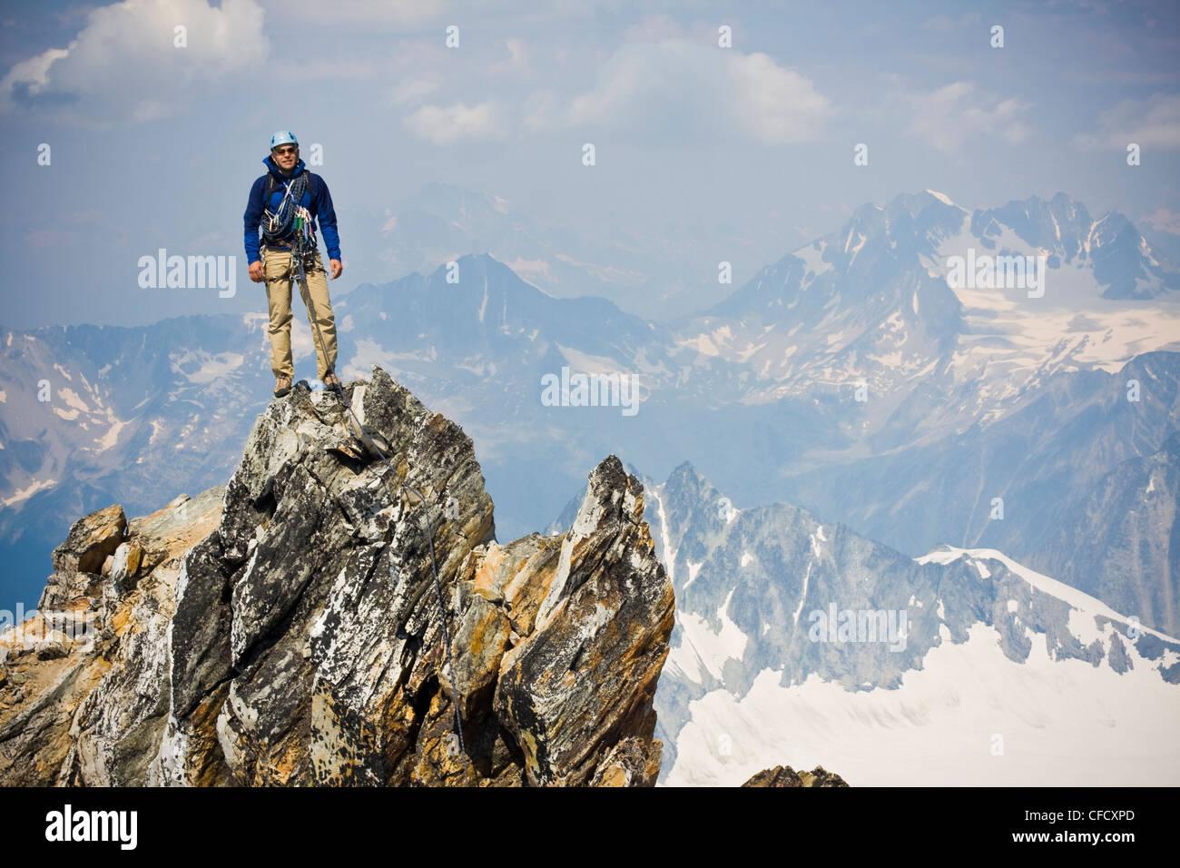 Ein junger Mann Bergsteigen die klassische Nord West Ridge von Mt. Sir Donald, Glacier National Park, Britisch-Kolumbien, Stockbild