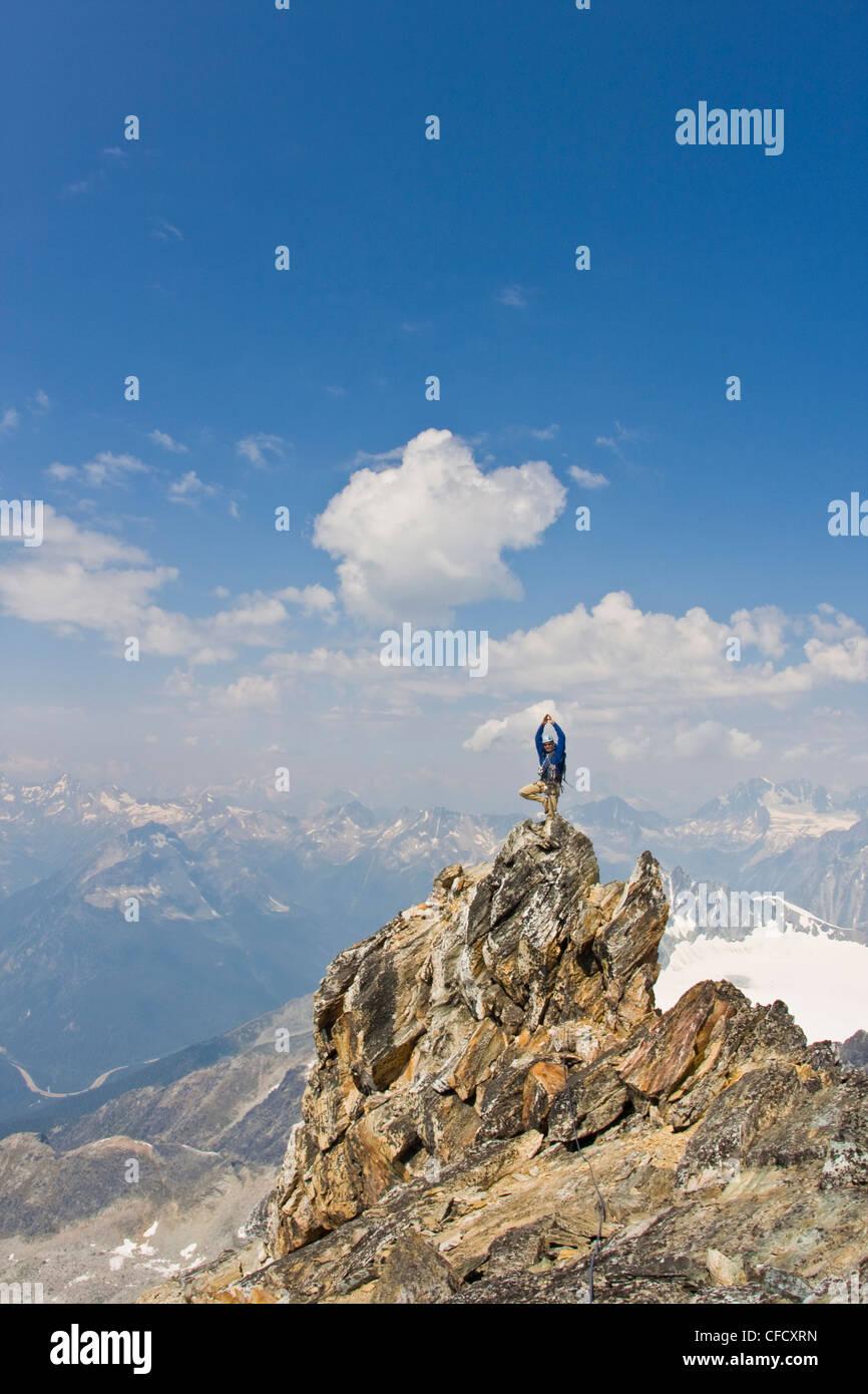 Junger Mann Berg klettern die klassische Nord West Ridge von Mt. Sir Donald, Glacier National Park, Britisch-Kolumbien, Stockbild