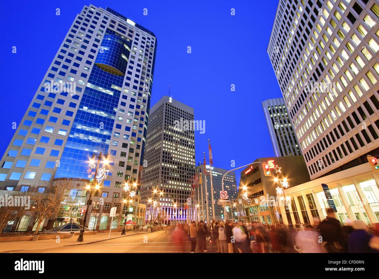 Skyline und Menge versammelten sich am Portage Avenue in der Nacht. Winnipeg, Manitoba, Kanada. Stockbild