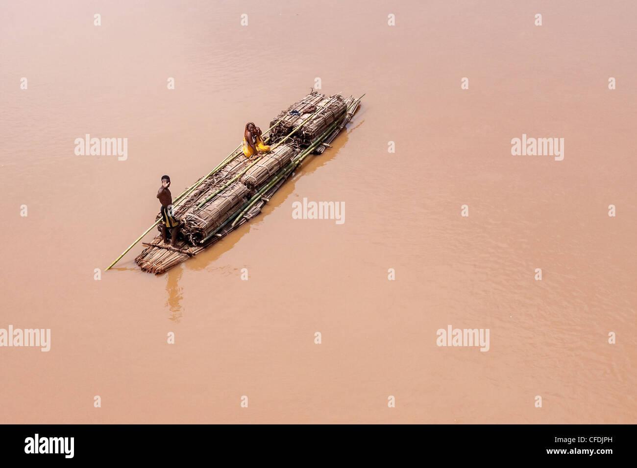 Beförderung von Gütern auf Bambus-Floß in der Nähe von Ambilobe, Norden von Madagaskar Stockbild
