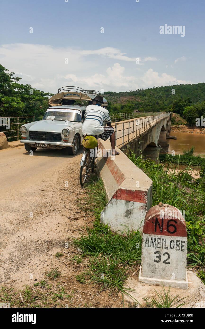Einspurige Brücke in der Nähe von Ambilobe, Norden von Madagaskar Stockbild