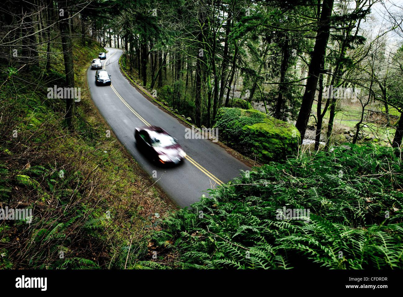 Eine Gruppe von Autos in Richtung zu einer Touristenattraktion. Stockbild