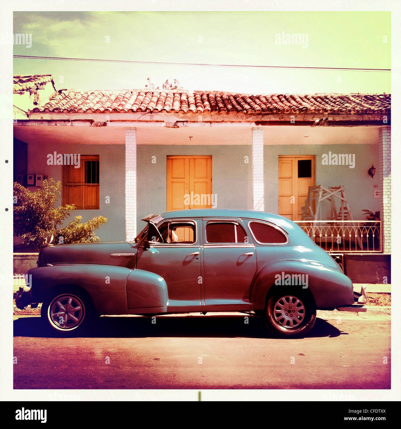 Amerikanische Oldtimer Parken auf einer Straße mit traditionellen, in den Hintergrund, Trinidad, Kuba, Karibik, Stockbild