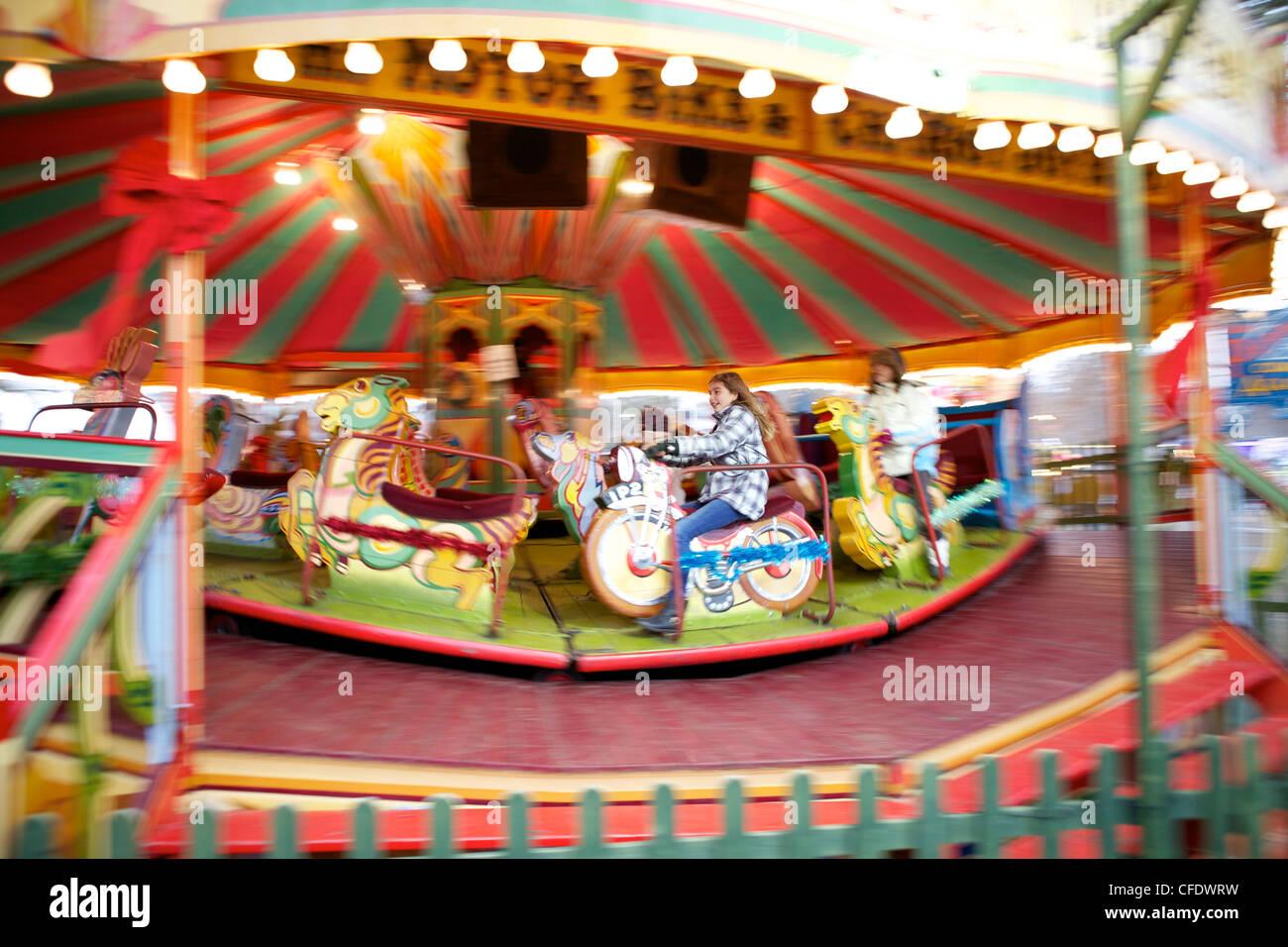 Kinder reiten ein Karussell, Hyde Park, London, England, Vereinigtes Königreich, Europa (Bewegungsunschärfe) Stockbild
