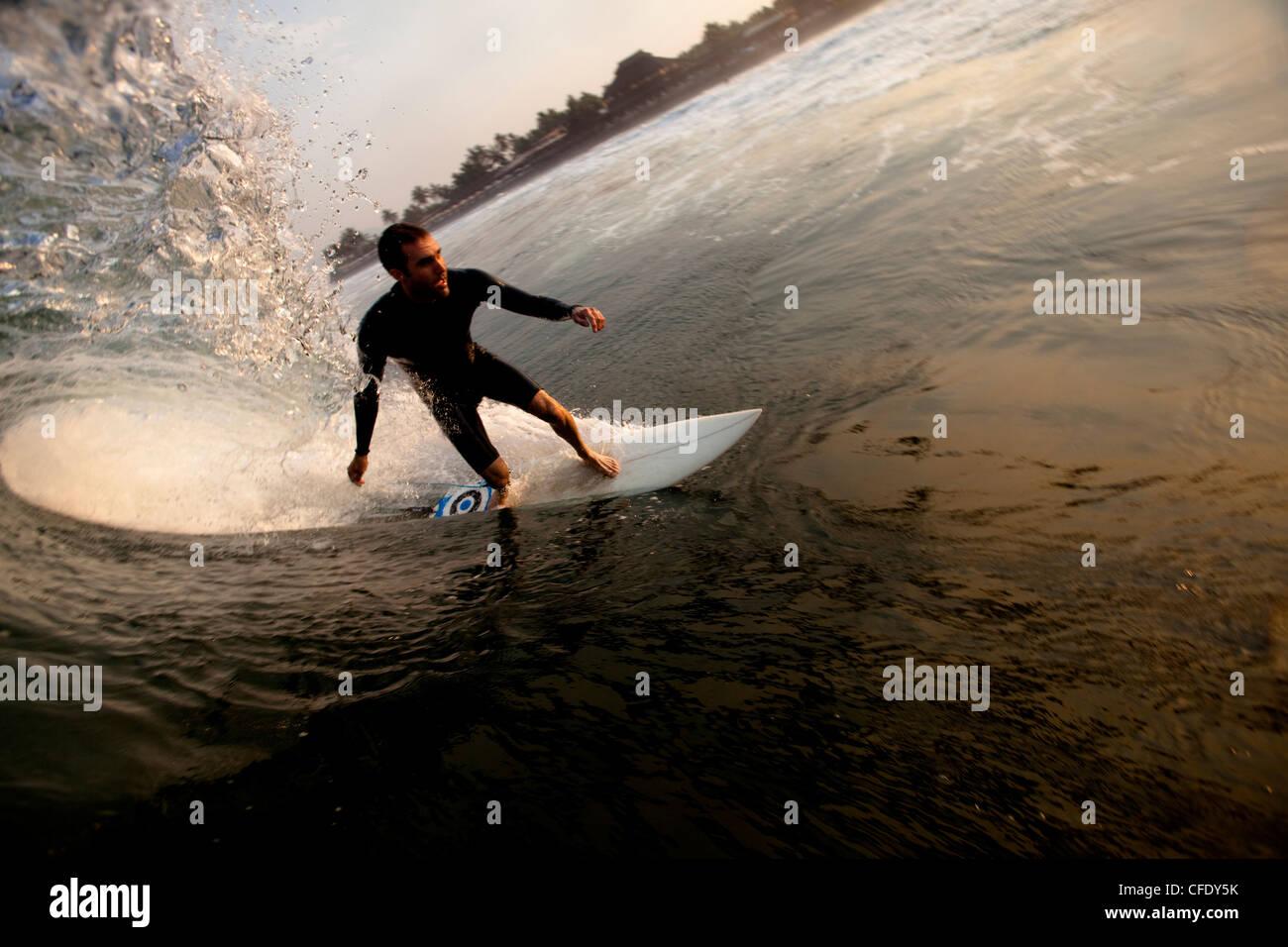 Eine männliche Surfer setzt sich für ein Fass beim Surfen der berüchtigten Strand Pause von Pasquales, Stockbild