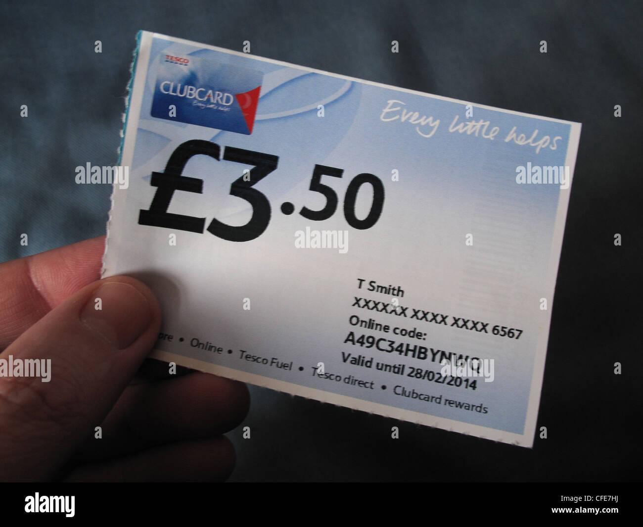 Laden Sie dieses Alamy Stockfoto £3,50 Tesco Clubcard Jedes hilft Gutschein in einer Hand von einem Käufer gehalten - CFE7HJ