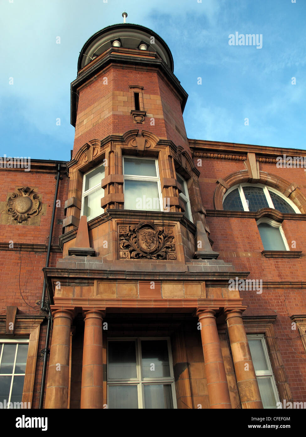 Laden Sie dieses Alamy Stockfoto Warrington-Polizei-Hauptquartier mit Turm in roten Mauerwerk, Cheshire Constabulary Force - CFEFGM