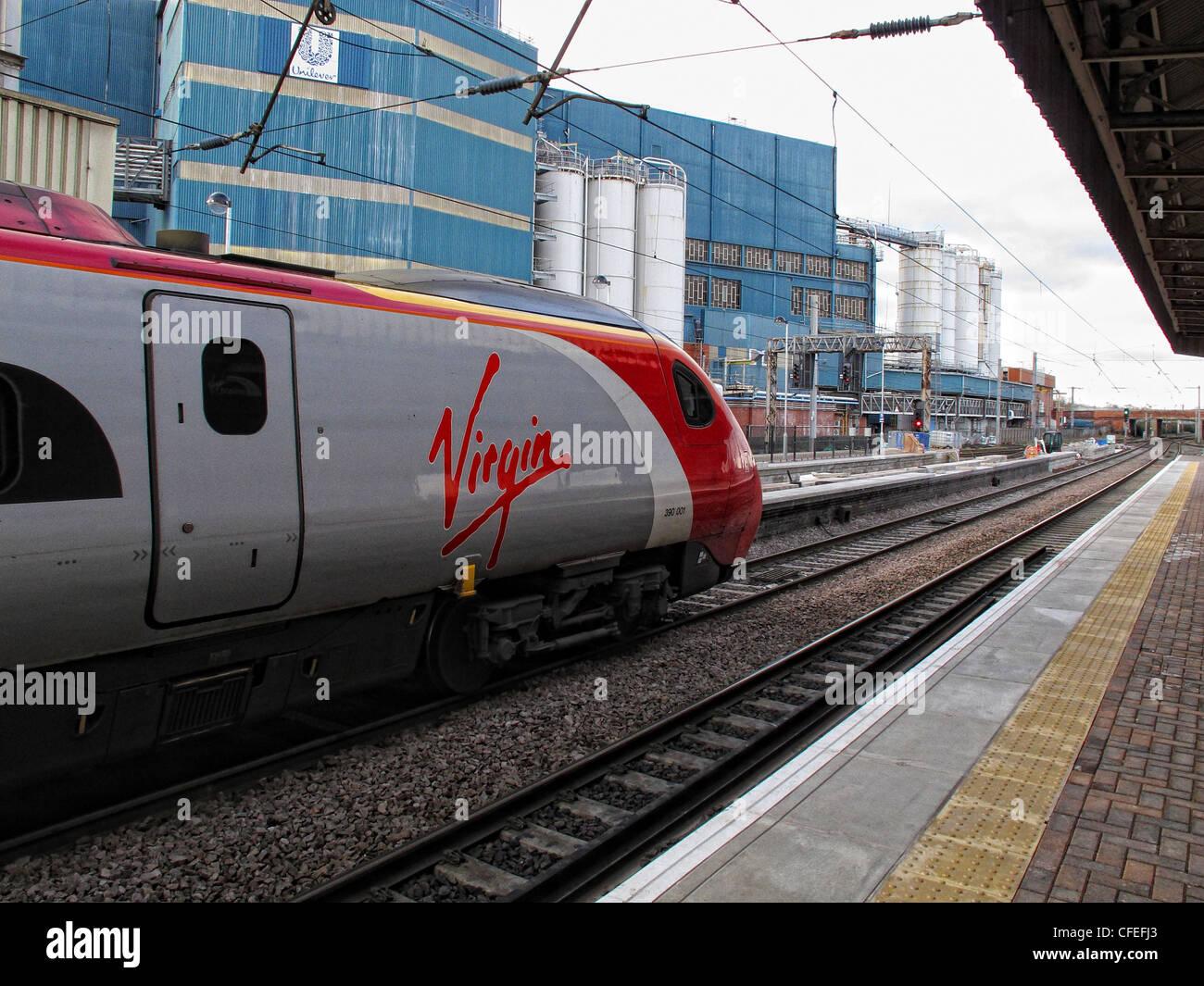 Laden Sie dieses Alamy Stockfoto Jungfrau Pendo Pendolino trainieren an Plattform drei, Warrington Bank Quay Railway Station, Parker St, Warrington, Cheshire - CFEFJ3
