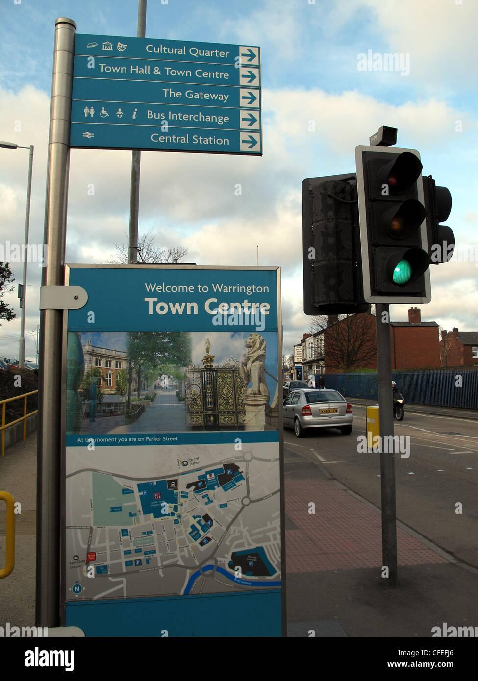 Laden Sie dieses Alamy Stockfoto Willkommen bei Warrington Stadtzentrum Schild Bank Quay mainline Railway Station, Cheshire, England, UK - CFEFJ6