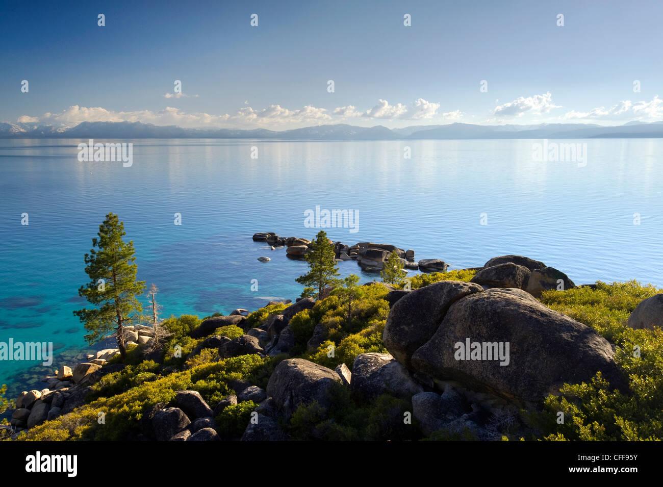 Ein Blick auf Lake Tahoe aus der klassischen Sand Harbor Overlook am Ostufer des Sees, Nevada. Stockbild