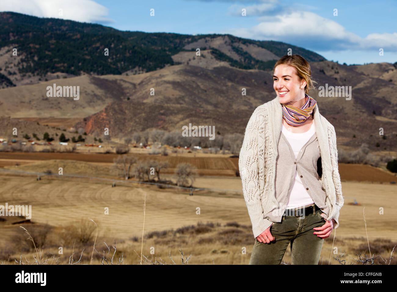 Eine junge Frau posiert in geschichteten Outdoorbekleidung in Fort Collins, Colorado. Stockbild