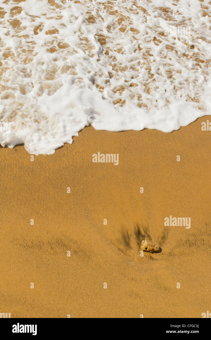 Eine Welle und ein Felsen am Las Canteras Strand auf Gran Canaria Stockbild