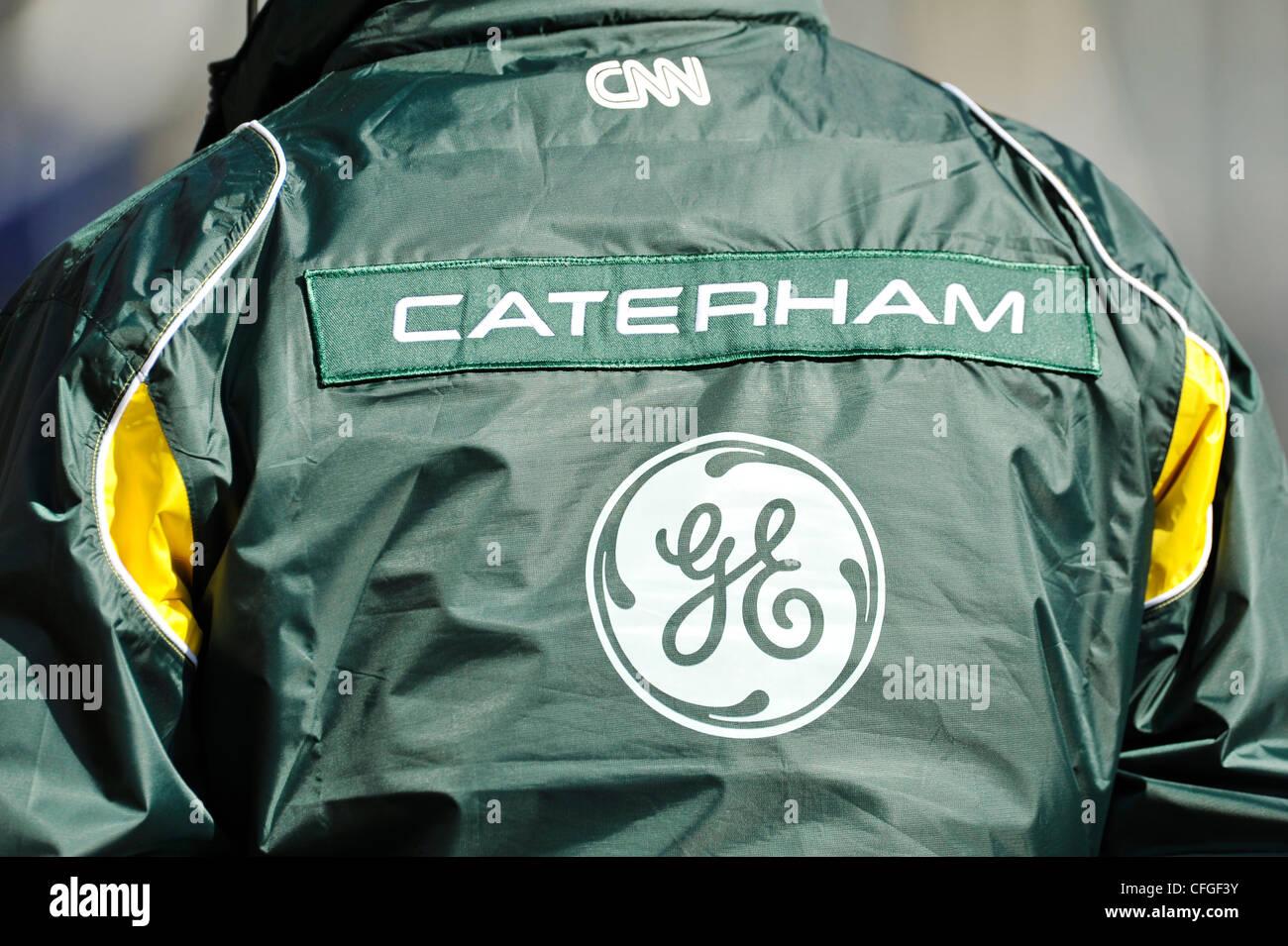 Caterham Markenlogo auf Jacke eines Teammitglieds während Formel1 Tests Sessions am Circuito Catalunya, Spanien Stockbild