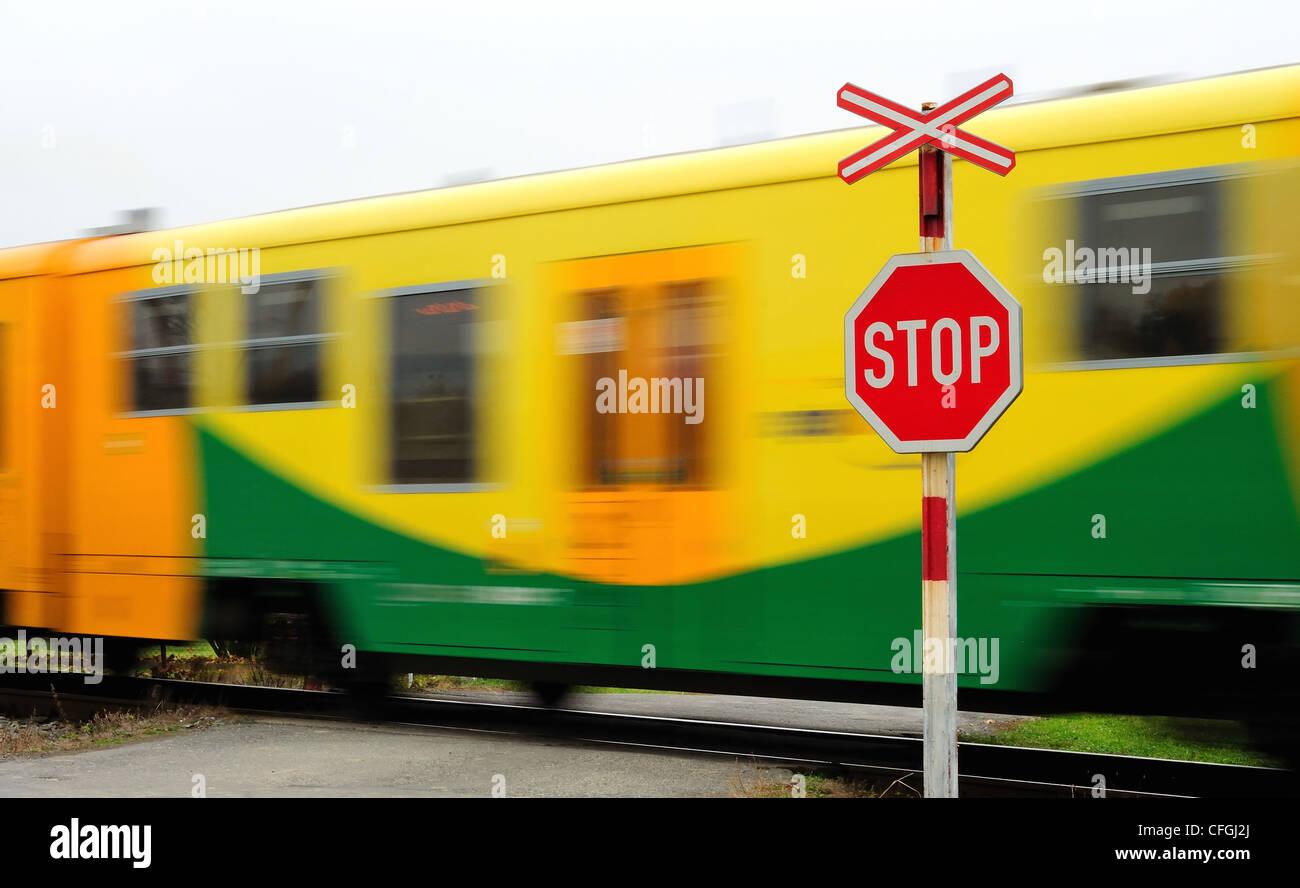 Schnell bewegen gelb s-Bahn Bahnübergang vorbei. Stockbild