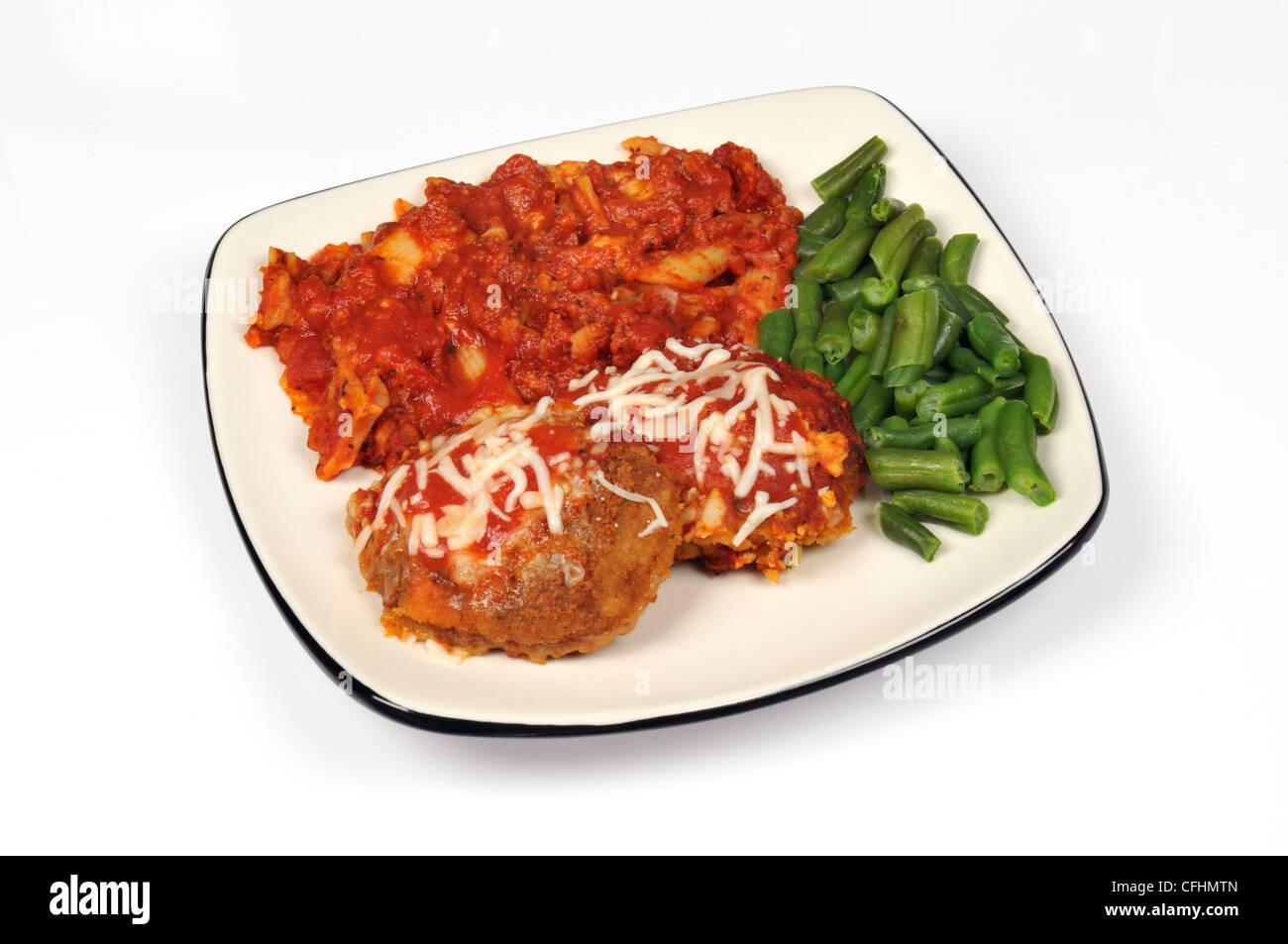 Kalbfleisch parmigiana Abendessen mit Pasta mit Tomaten-Fleisch-Sauce mit grünen Bohnen auf weißem Hintergrund Stockbild