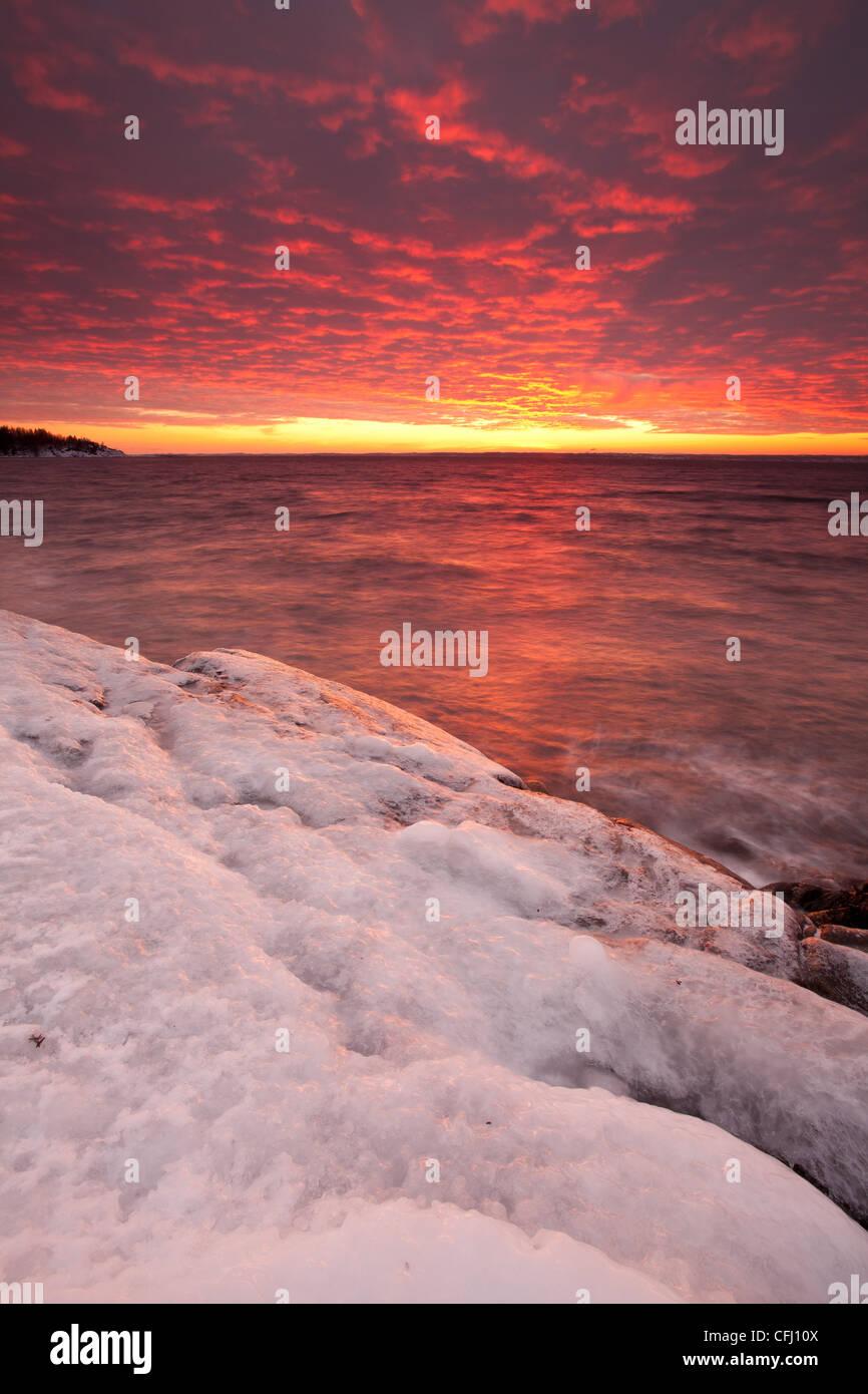 Eisigen Küste und bunten Himmel in der Abenddämmerung am Larkollen in Rygge, Østfold Fylke, Norwegen. Stockbild