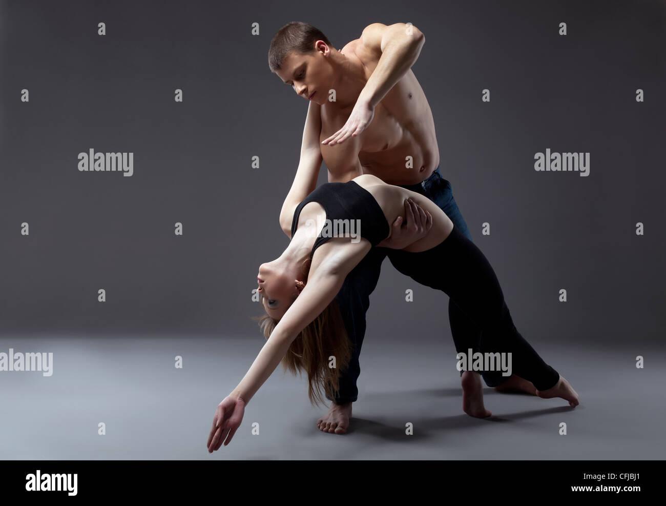 Paar junge Turnerin posiert in Tanz-Performance, isoliert Stockbild