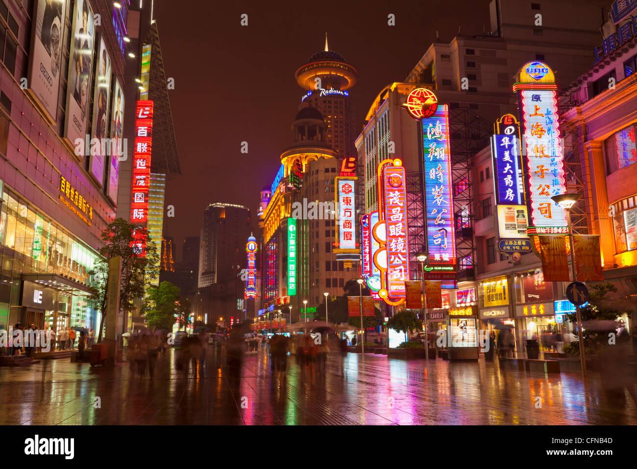 Neon Schilder und Shopper, Nanjing Road, Shanghai, China, Asien Stockbild