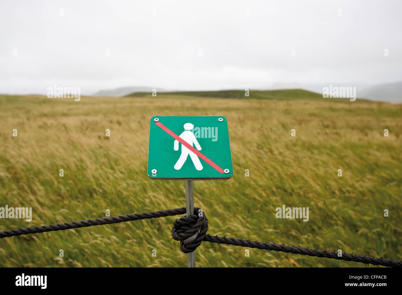 Kein Fuß ausgeschildert für den Umweltschutz in der Natur zu reservieren, Dyrh ? Laey Halbinsel, Island Stockbild