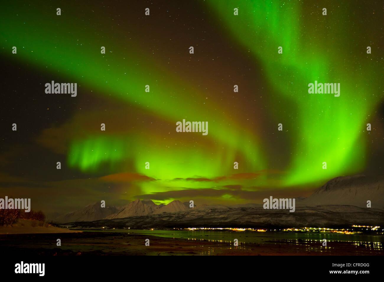 Aurora Borealis oder das Nordlicht gesehen über die Lyngen Alpen und Ullsfjord, Troms, Nord-Norwegen, Europa Stockbild