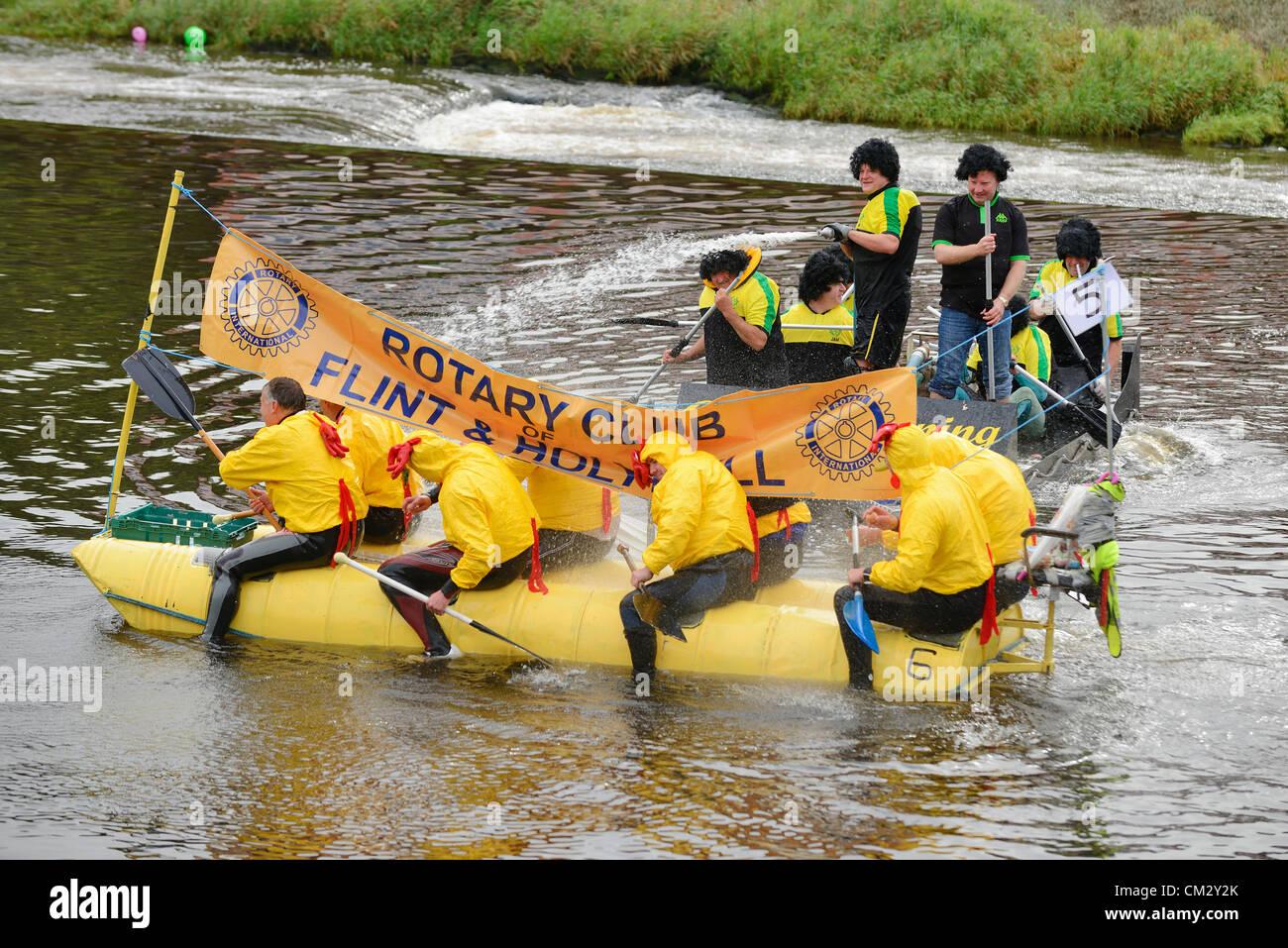 Chester, UK, Sonntag, 23. September 2012.  Die jährlichen Charity-Floß-Rennen auf dem Fluss Dee organisiert Stockbild
