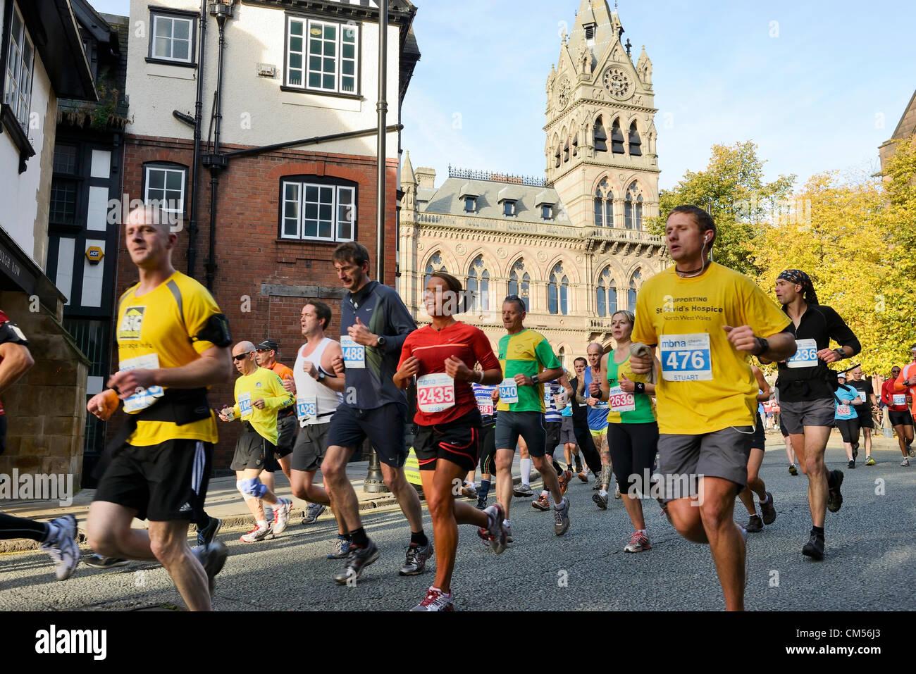 7. Oktober 2012, Chester UK. Kurz nach dem Start des Marathons MBNA Chester passieren die Läufer vor dem Rathaus Stockbild