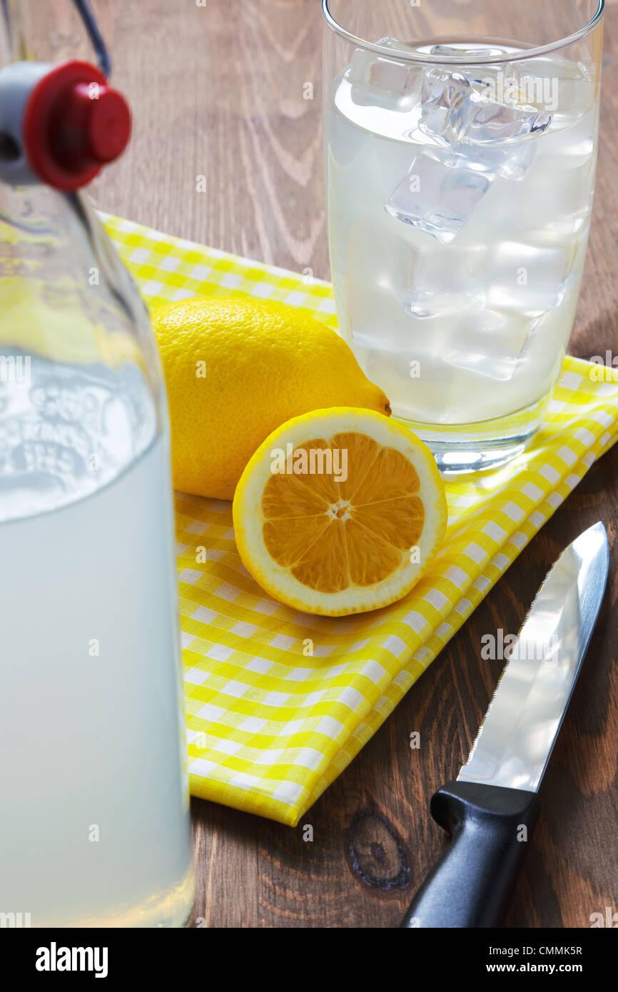 Still-Leben Foto von altmodisch oder traditionelle hausgemachte noch Limonade mit geschnittenen Zitronen und gelben Stockbild