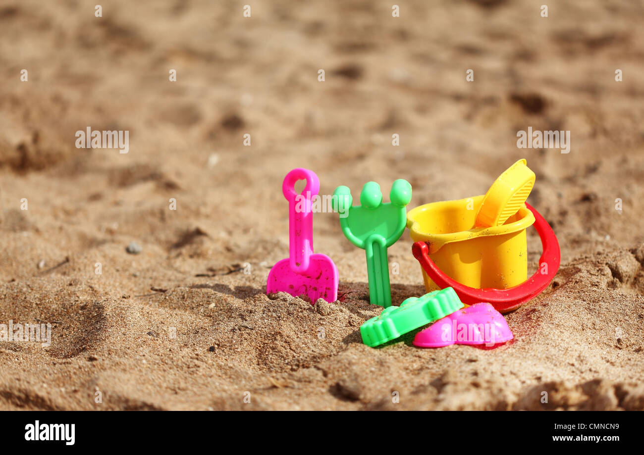 Kunststoff-Spielzeug für die Kinder am Strand Stockbild