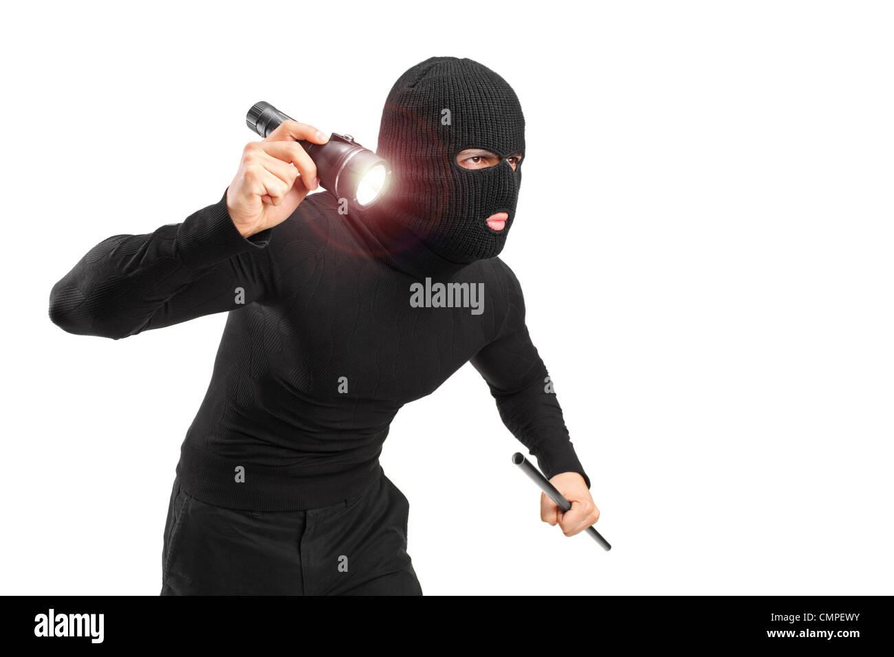 Ein Räuber mit Raub Maske hält eine Taschenlampe und ein Stück Rohr isoliert auf weißem Hintergrund Stockbild