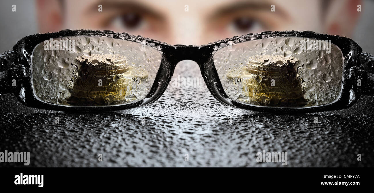 Jungunternehmer, die Brille zu betrachten Stockbild
